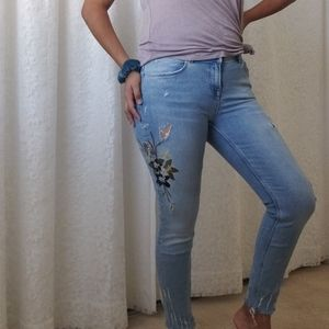 🌱🌷Mid-rise floral embroidered jeans🌷🌱